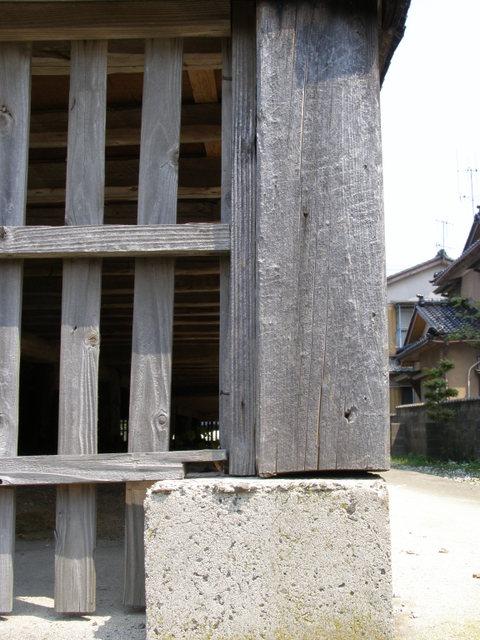 108 柱と基礎石とのズレ 9cm