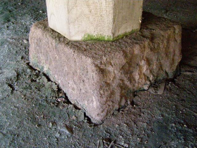 162 基礎沈下 柱と基礎石とのズレ